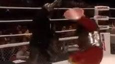 แต่งชุดคอสเพลย์สู้กันบนเวที ดูคลิปนี้แล้วนึกถึง เน โฮฟาทูร่า เลย